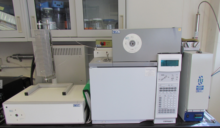 image of an inverse gas chromatograph in lab environment